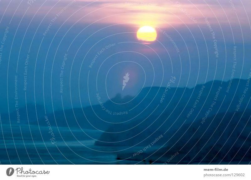 Sonne im Meer Klippe Sonnenuntergang Abendsonne Frankreich Provence Pastellton Südfrankreich Wolken Romantik Küste Lavendel Cassis Cocktail schön Felsen