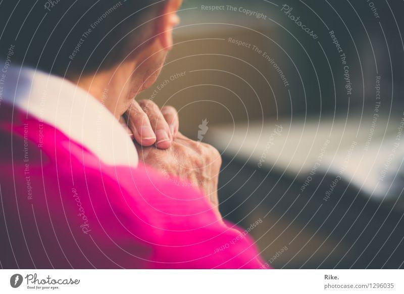 Zeitraffer. Seniorenpflege Ruhestand Mensch Weiblicher Senior Frau Großeltern Großmutter Hand 1 60 und älter alt warten Gefühle Stimmung Geborgenheit