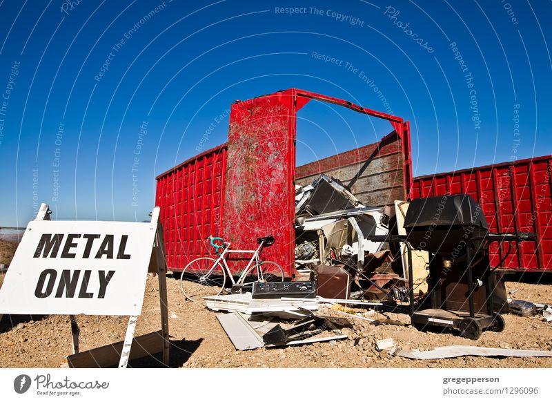 Recyclingcenter. Umwelt alt gebrochen abgeworfen Müllhalde Müllcontainer Trödel wiederverwerten Fetzen verwendet verschlissen Farbfoto Außenaufnahme
