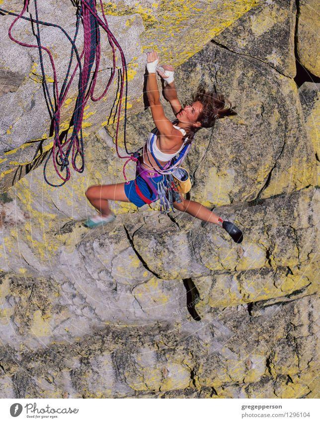 Weiblicher Bergsteiger, der den Rand greift. Abenteuer Klettern Bergsteigen Erfolg Seil Junge Frau Jugendliche 1 Mensch 18-30 Jahre Erwachsene Gipfel