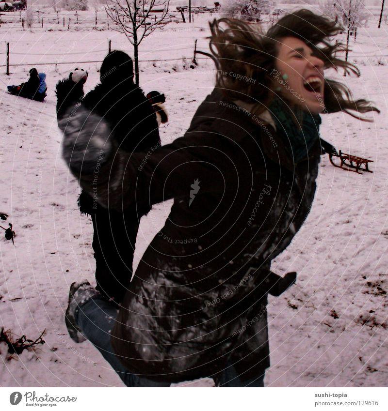 wer hat angst vor dem schwarzen mann? weiß schreien Jacke Winter Mann Schneeballschlacht springen sprechen Momentaufnahme Angst Panik gefährlich kampflust