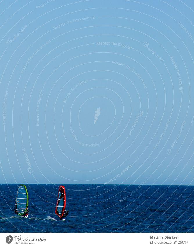 Surfer Meer grün blau Sommer Strand Ferne Sport Spielen Wärme Linie 2 Wellen Horizont Geschwindigkeit gefährlich Physik