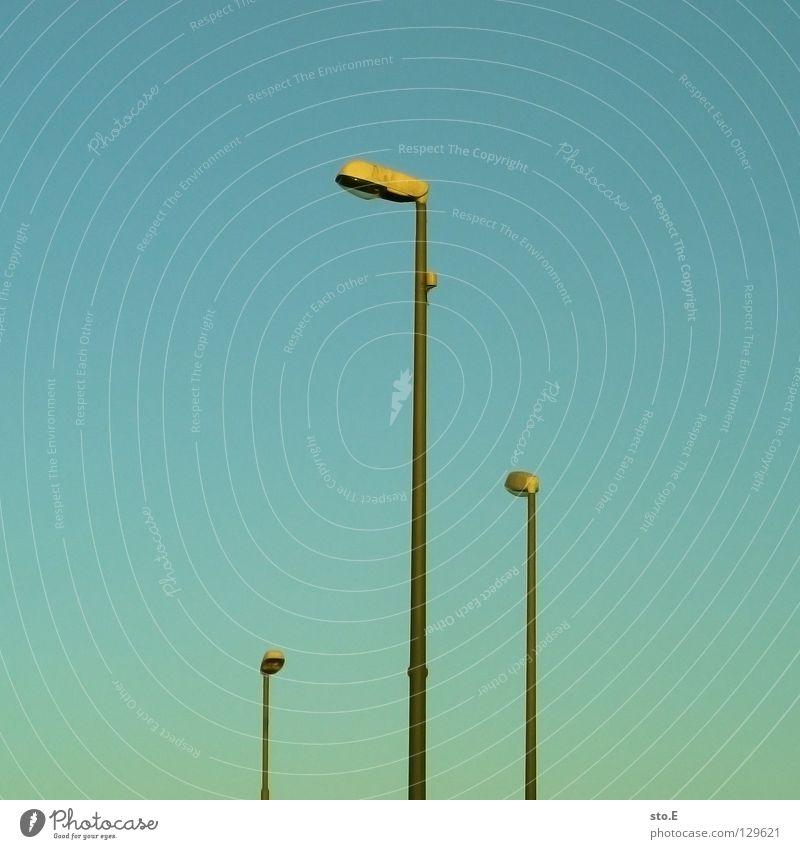 rangordnung Himmel blau Straße oben Lampe Linie Wetter Beleuchtung hoch 3 Verkehr Ecke Technik & Technologie Mitte Laterne Schönes Wetter