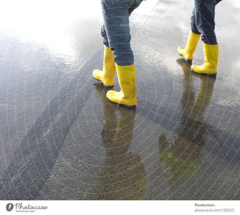 Zwei = Vier* Gummistiefel gelb Asphalt Teer Reflexion & Spiegelung 2 4 Hose Stiefel Mann Baustelle Bauarbeiter wandern Wattwandern nass kalt Winter Wade Knie