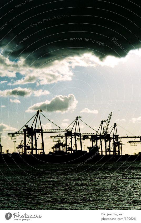 am Hafen Kran Dock Wolken Himmel Industrie Hamburg Wasser Kontrast