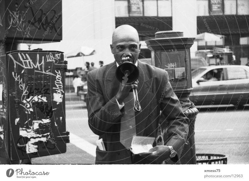 schreihals Megaphon Glatze New York State Sekte New York City Show Schwarzweißfoto Kommunizieren Wut Ärger prayer