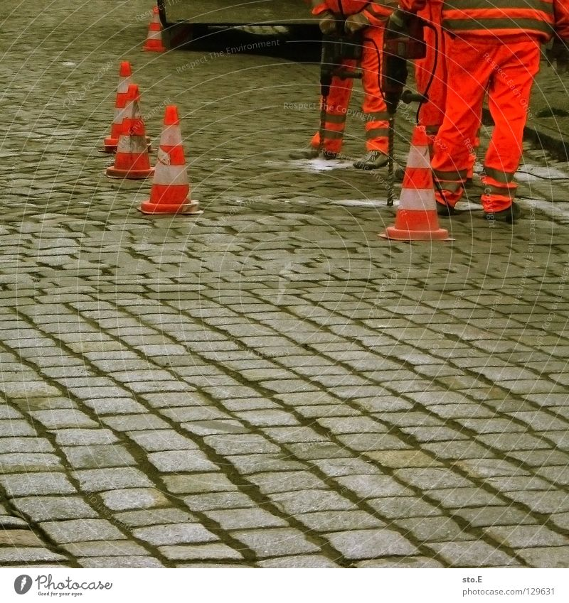 pflaster pflastern Arbeit & Erwerbstätigkeit Straßenbau Hut rot weiß Barriere parallel Bohrmaschine Arbeitsbekleidung Schutzbekleidung typisch Absicherung
