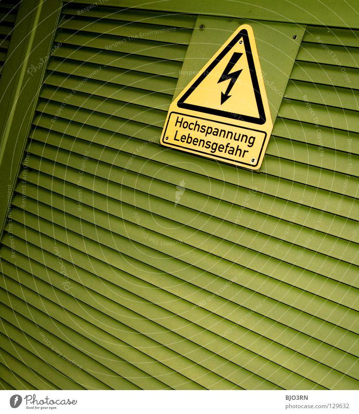 hoch spannend grün gelb Schilder & Markierungen Energiewirtschaft Elektrizität gefährlich bedrohlich Blitze Quadrat Hinweisschild Symbole & Metaphern