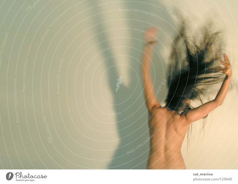 Aufregung Frau Schwung Aggression Wut Ärger Rücken Bewegung Haare & Frisuren Schatten agression