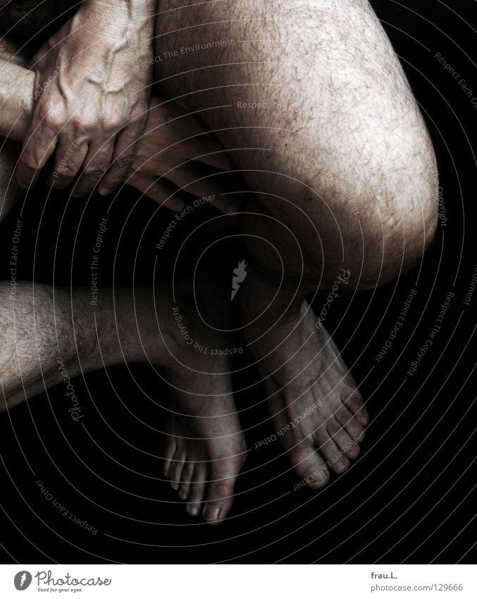 Die schmutzigen Füße Knie Mann Hand Gefäße Finger dreckig Zehen gekreuzt ruhig Marathon alt 50 plus nackt Langeweile Akt Beine Haare & Frisuren Fuß gebraucht