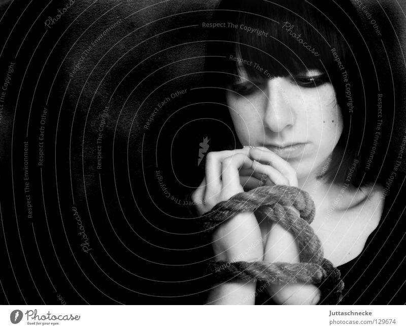 Die Gedanken sind frei Frau weiß schwarz Traurigkeit Denken Seil frei Trauer Macht Verzweiflung Gedanke gefangen Justizvollzugsanstalt Handschellen Gelenk gebunden