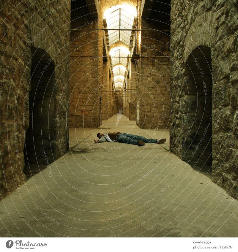 300th - chillen² Mann Tod liegen historisch bewegungslos Gemäuer Arkaden Oberlicht Fluchtpunkt Steinwand Fluchtlinie Historische Bauten