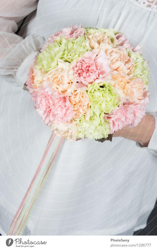 sweetyweddingbouquet feminin 1 Mensch Blume Blüte hell schön mehrfarbig grün orange rosa weiß elegant Farbe Blumenstrauß Bluse Farbfoto Innenaufnahme