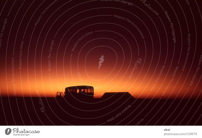 Durch die Wüste Landschaft Freude Gefühle Kraft Abenteuer Hoffnung Wunsch Konzentration Afrika Geister u. Gespenster Lastwagen Erscheinung Fähre Tempel krumm