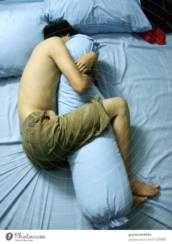 Zweisamkeit Nacht Bett Schlafzimmer Mann Erwachsene festhalten liegen schlafen Umarmen Zusammensein Einsamkeit umschlungen Kopfkissen Bettwäsche gemütlich