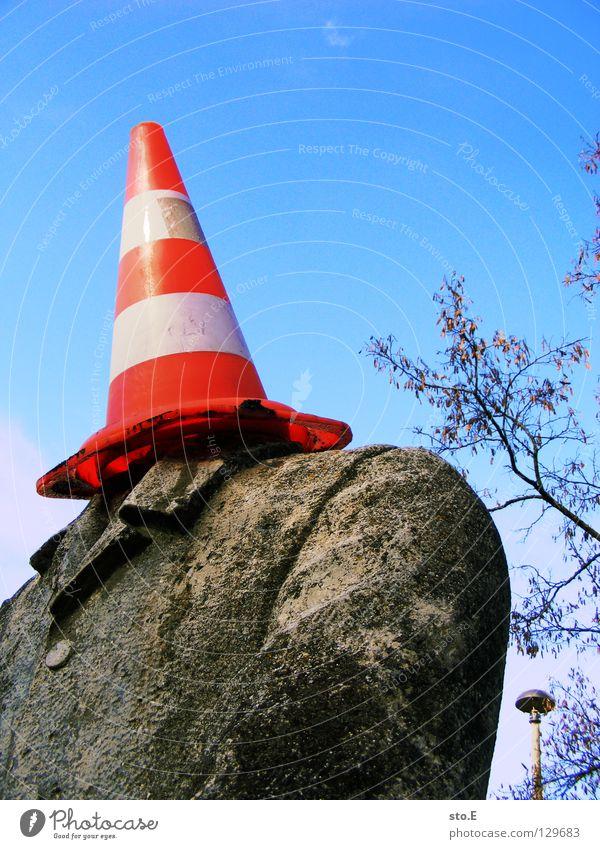 den hut auf haben Mann alt Himmel weiß Baum rot Farbe oben Stein dreckig Beton Schilder & Markierungen Ast verfallen Anzug Jacke