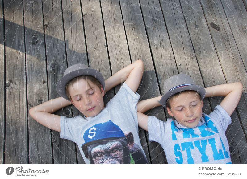Jungs chillen auf Holzsteg maskulin Kind Junge Bruder Familie & Verwandtschaft Freundschaft Kindheit Arme 2 Mensch 3-8 Jahre 8-13 Jahre T-Shirt Hut Denken