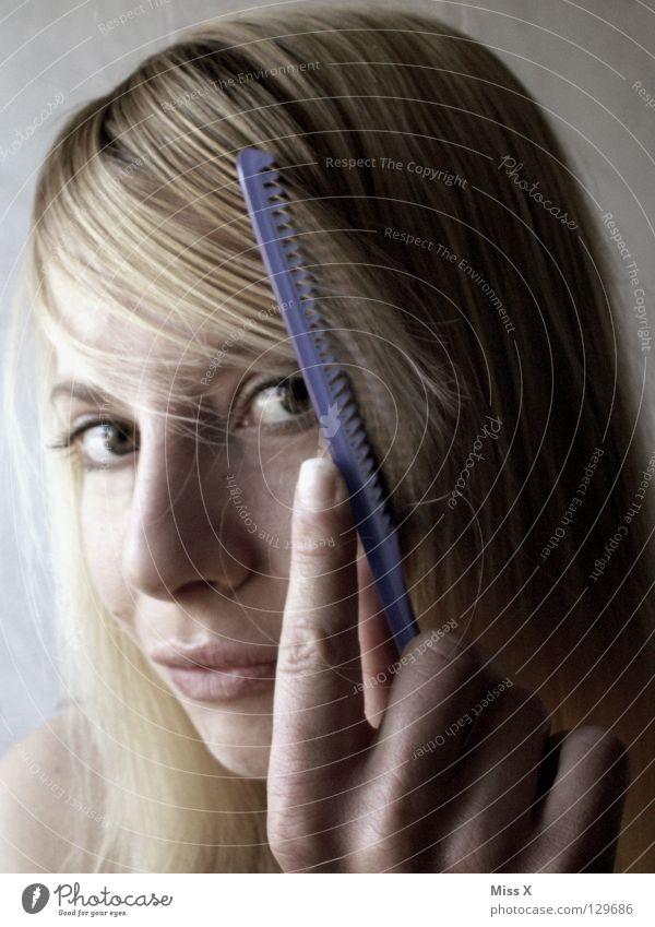 GUTEN MORGEN 6:35 Farbfoto Morgen Haare & Frisuren Gesicht Bad Bürste Frau Erwachsene Kopf Auge Hand blond Scheitel Kamm Haarausfall Haarpflege