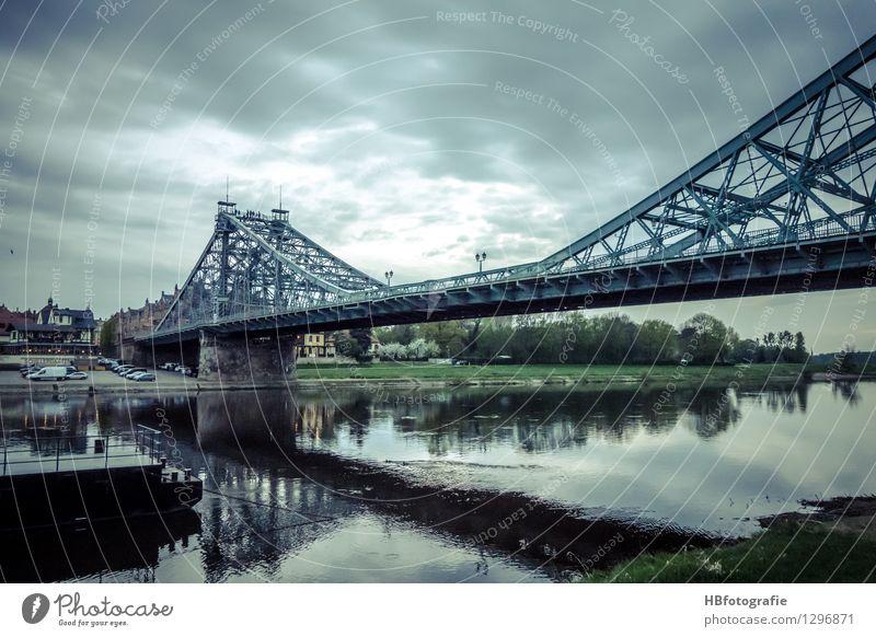 Das blaue Wunder Stadt alt Architektur Verkehr Brücke historisch Bauwerk Wahrzeichen Denkmal Schifffahrt Sehenswürdigkeit Dresden Altstadt Autofahren Fußgänger