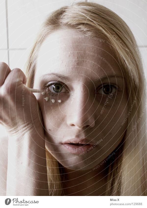 MONTAG MORGEN 6:45 Frau Jugendliche Hand schön Gesicht Erwachsene Auge Haare & Frisuren Kopf Gesundheit blond Bad Falte Kosmetik Müdigkeit Schminke