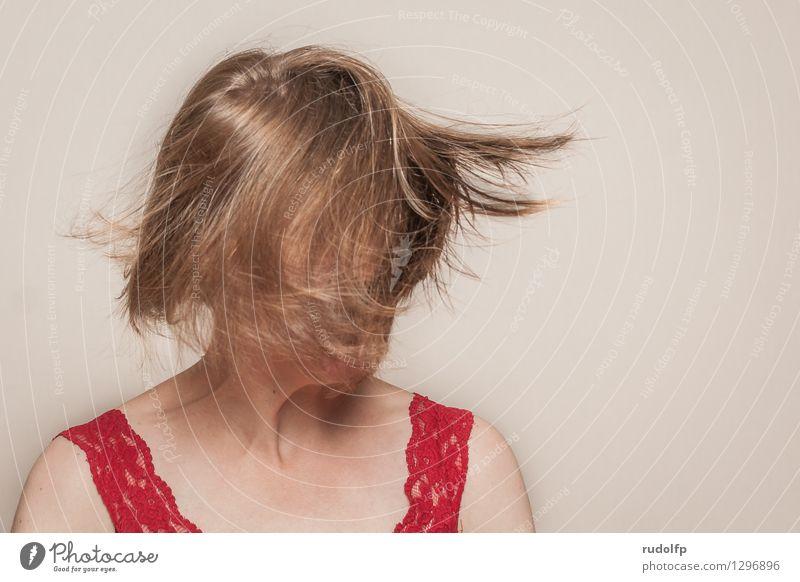 den Kopf verdrehen Mensch Frau Jugendliche schön Junge Frau rot Freude 18-30 Jahre Erwachsene Gefühle feminin Glück Haare & Frisuren oben elegant blond