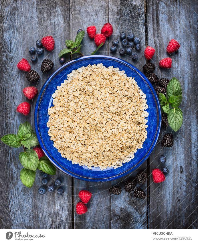 Haferflocken in blauer Schüssel mit Beeren Sommer Gesunde Ernährung Leben Stil Sport Hintergrundbild Lebensmittel Design Frucht Tisch Getreide Bioprodukte