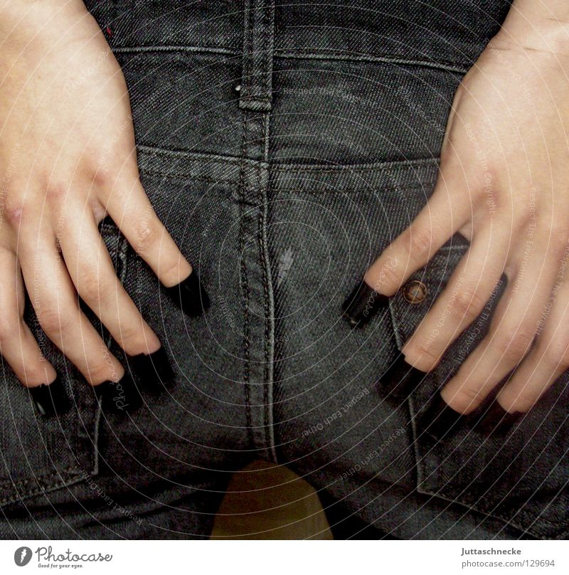 Die Naht sitzt Frau Hand schwarz Finger Bekleidung sitzen Jeanshose Hinterteil eng rückwärts Qualität Klebstoff Klebeband passen