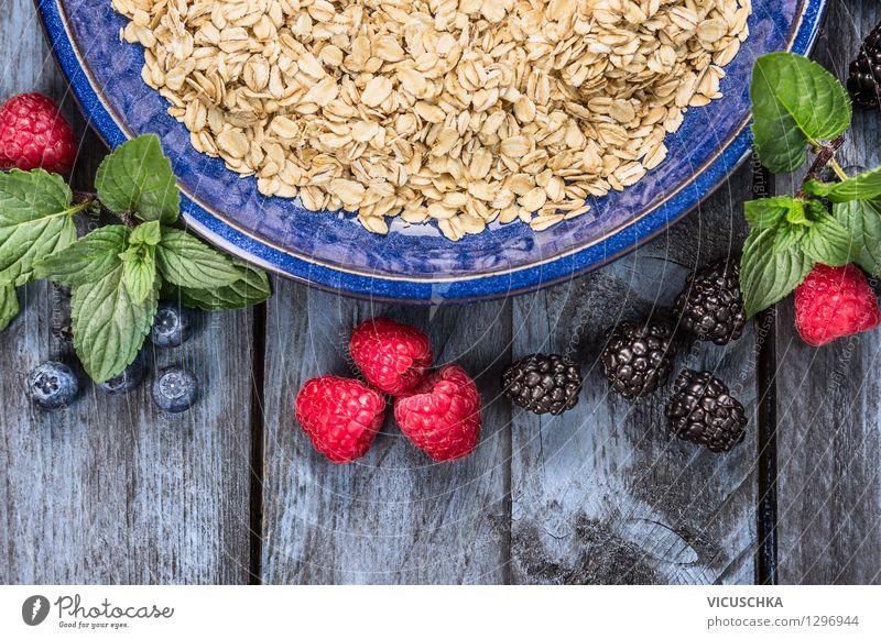 Haferflockenl in blauem Schüssel mit Beeren Lebensmittel Frucht Getreide Ernährung Frühstück Bioprodukte Vegetarische Ernährung Diät Teller Schalen & Schüsseln