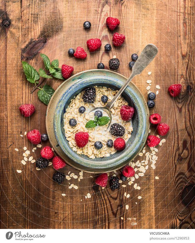 Haferflocken mit Milch und Beeren zum Frühstück Gesunde Ernährung Leben Essen Stil Lebensmittel Design Frucht Energie Tisch Bioprodukte Getreide Teller