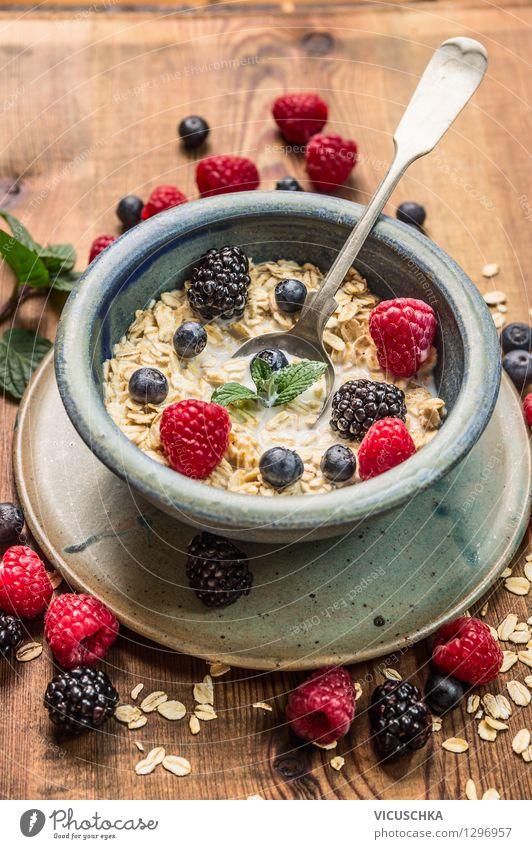 Gesunde Frühstück - Haferflocken mit Milch und Beeren Lebensmittel Teigwaren Backwaren Ernährung Bioprodukte Vegetarische Ernährung Diät Schalen & Schüsseln