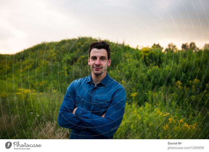 neulich abend Mensch maskulin Junger Mann Jugendliche Erwachsene Leben 1 18-30 Jahre Hemd beobachten Blick Freundlichkeit Fröhlichkeit Glück positiv schön blau