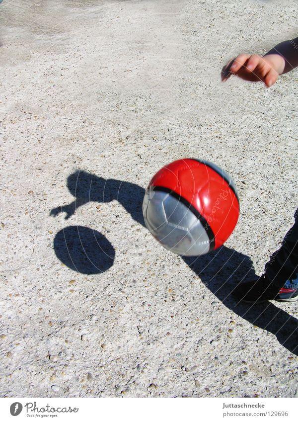 Schattenspiel Kind rot Freude Straße Sport Spielen Glück Fußball Beton Ball Asphalt sportlich silber werfen Basketball Schattenspiel