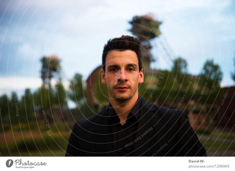 junger Mann in schwarz gekleidet draußen kleidung Blick in die Kamera Erwachsene Außenaufnahme Mensch Lifestyle Farbfoto Tag Stil Junger Mann Coolness elegant