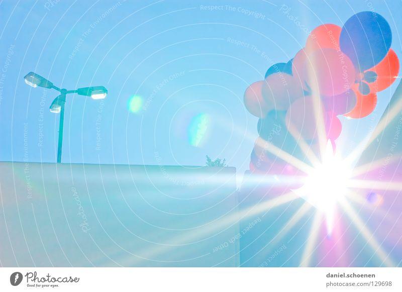 Sonne über Freiburg Teil 2 Sonnenstrahlen Luftballon Party zyan rot hell-blau Gegenlicht Detailaufnahme Geburtstag Himmelskörper & Weltall Beleuchtung Wetter