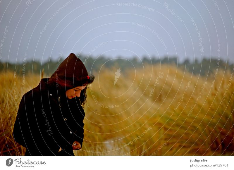 Mädchen in den Dünen Strand Küste Frau Junge Frau Gras Dünengras Ferien & Urlaub & Reisen Sturm Meer salzig Kapuze Mantel Herbst Winter gelb Farbe Stranddüne
