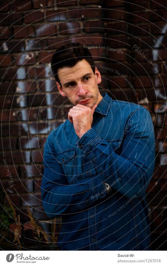 in Gedanken Mensch Jugendliche Mann blau schön Junger Mann 18-30 Jahre dunkel Erwachsene Leben Stil Denken Lifestyle maskulin elegant beobachten