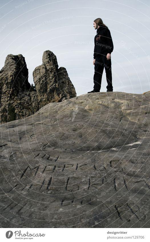 Na, Jungs ... Mensch Mann alt Einsamkeit ruhig schwarz kalt Berge u. Gebirge Tod Wege & Pfade Denken Stein außergewöhnlich Felsen Schriftzeichen einzigartig
