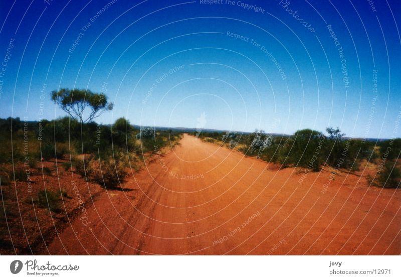 strasse ins nichts blau Straße Sand Linie Horizont Verkehr Wüste Flucht Australien Skipiste Outback unwegsam