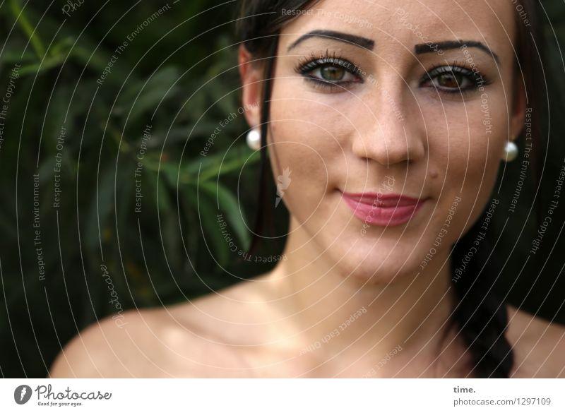 . feminin 1 Mensch Park Schmuck Ohrringe schwarzhaarig langhaarig Zopf beobachten Denken Lächeln Blick warten schön Wärme selbstbewußt Leidenschaft Wachsamkeit