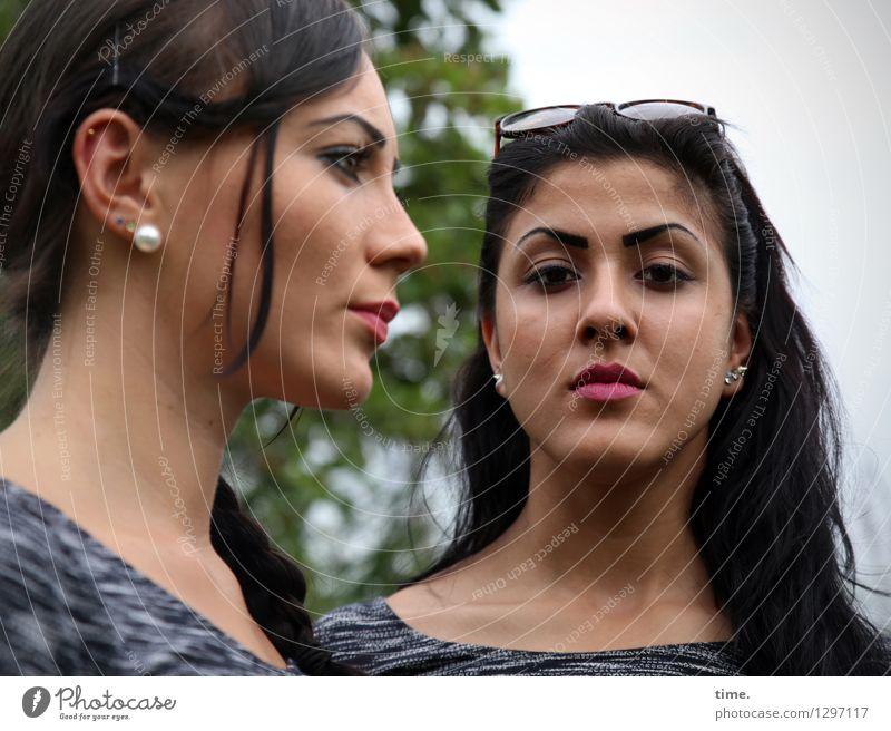 Nastya und Estila Mensch Frau schön Erwachsene feminin Denken Kraft Perspektive warten beobachten Coolness geheimnisvoll T-Shirt Konzentration Wachsamkeit Mut