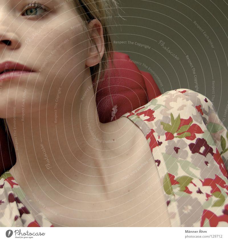 Flucht nach draussen. Körperhaltung Frau Sessel Leder Schuhe Blume Kleid Bekleidung Frühling Stiefel rot mehrfarbig Möbel lümmeln hocken hängenbleiben drehen