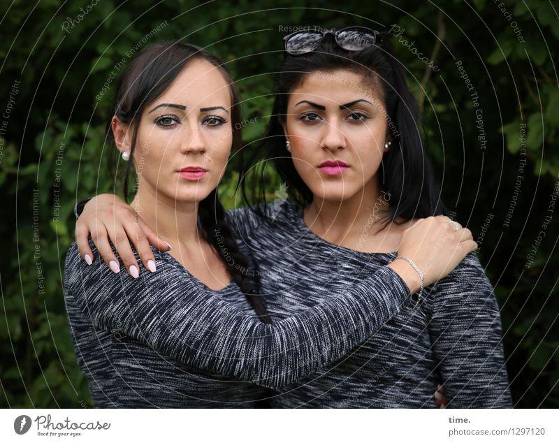 Nastya und Estila Mensch schön feminin Zusammensein Freundschaft Park Kraft warten beobachten Coolness Sicherheit festhalten Zusammenhalt T-Shirt stark