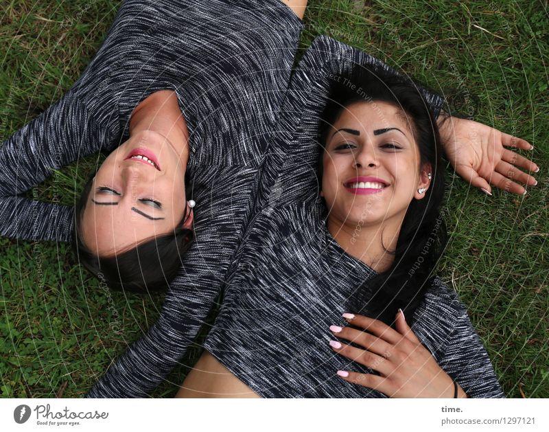 Nastya und Estila Mensch Frau schön Erwachsene Leben feminin Glück Zeit Zusammensein Freundschaft liegen Zufriedenheit Fröhlichkeit Lächeln genießen