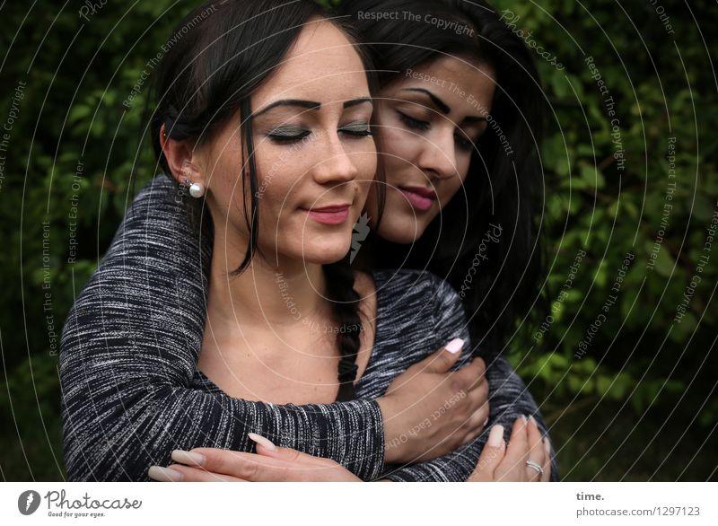 . Mensch schön Leben Gefühle feminin Zusammensein Freundschaft Park Zufriedenheit wild genießen Lächeln Lebensfreude weich Schutz Sicherheit