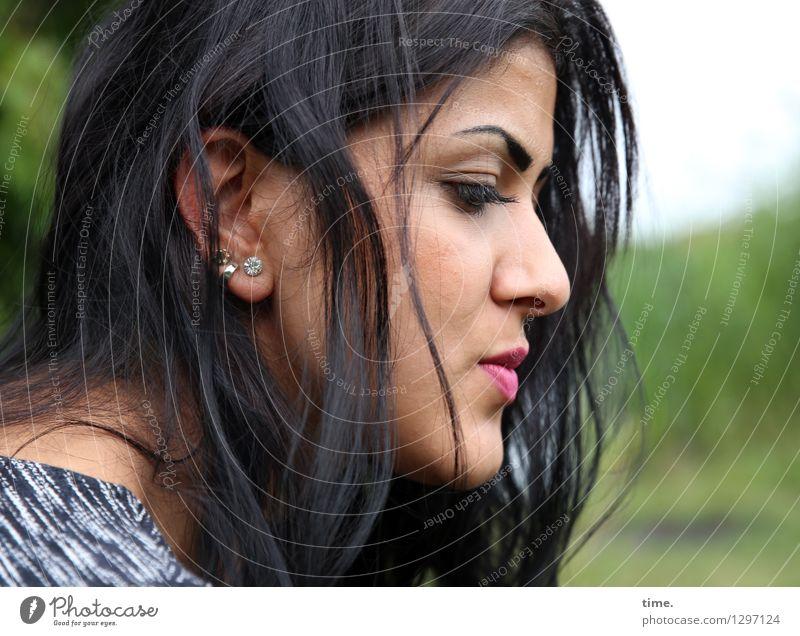 Estila feminin Frau Erwachsene 1 Mensch Umwelt Park T-Shirt Ohrringe schwarzhaarig langhaarig beobachten Denken Blick warten schön Kraft Willensstärke