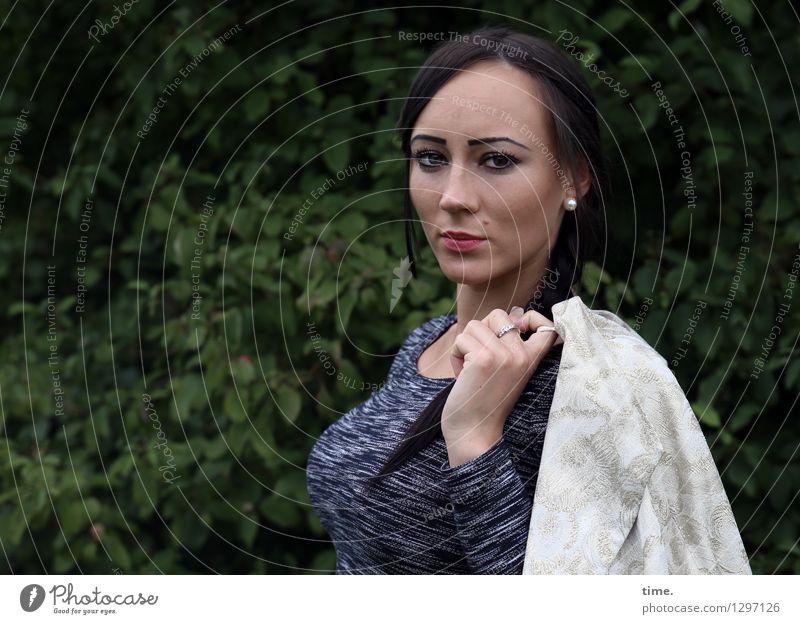 Nastya feminin 1 Mensch Park T-Shirt Jacke Schmuck Ohrringe schwarzhaarig langhaarig beobachten Denken Blick stehen warten elegant schön selbstbewußt Coolness