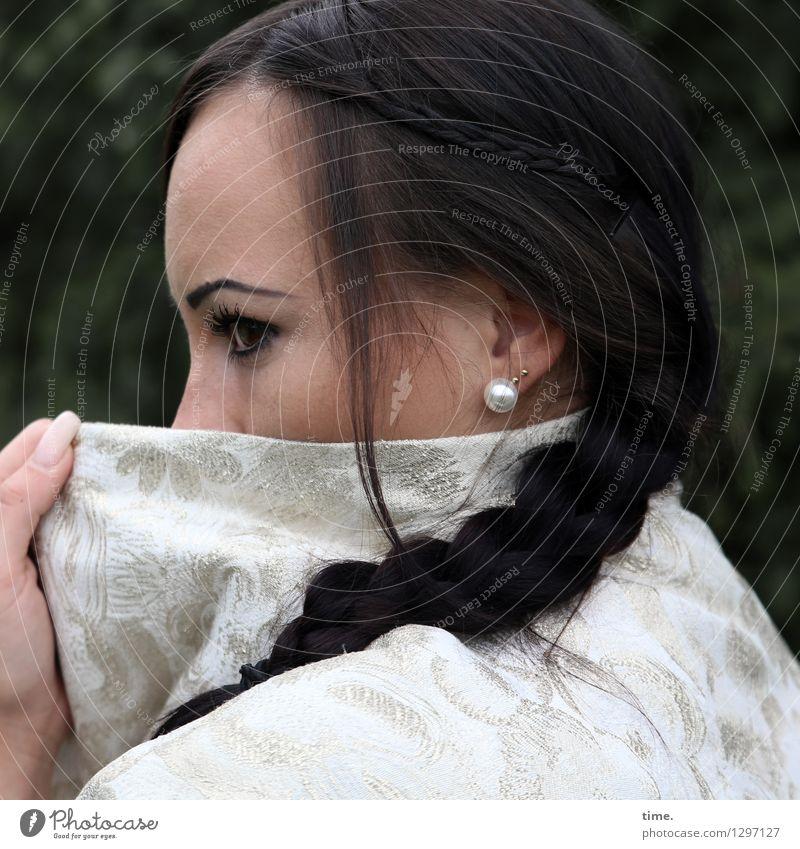 Nastya feminin Frau Erwachsene 1 Mensch Jacke Ohrringe schwarzhaarig langhaarig Zopf beobachten Denken festhalten Blick warten schön Sicherheit Schutz