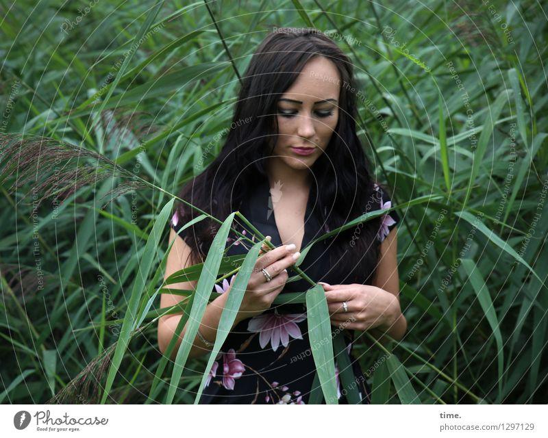 Nastya Mensch schön Erholung Einsamkeit Traurigkeit feminin Küste Denken träumen Freizeit & Hobby ästhetisch beobachten Pause Neugier Trauer Kleid