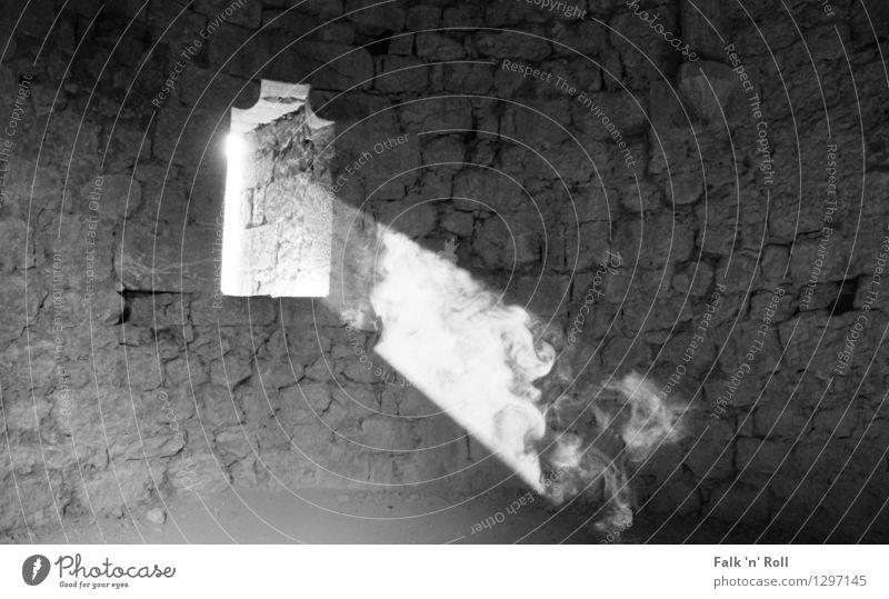 Smoking Light Sonnenlicht Nebel Burg oder Schloss Ruine Bauwerk Mauer Wand Fenster Stein Lichtstrahl Gemäuer Schwarzweißfoto Innenaufnahme Menschenleer
