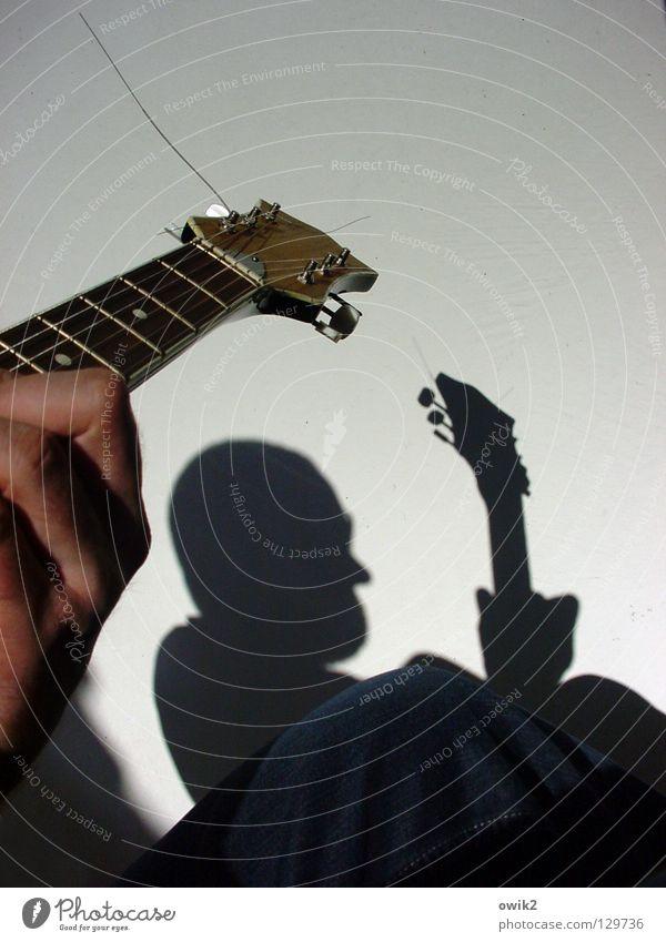 Schattenspieler Stil Zufriedenheit Erholung Freizeit & Hobby Spielen Sonne Musik Mann Erwachsene 1 Mensch Kultur Konzert Musiker Gitarre Schönes Wetter Balkon